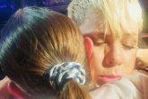 Pink paró su concierto para abrazar a una fan que recientemente perdió a su mamá