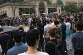 Engaño en Tinder reunió a 100 personas en una plaza