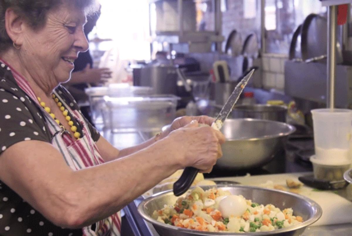 En lugar de chefs, este restaurante sólo contrata abuelitas de todas partes del mundo