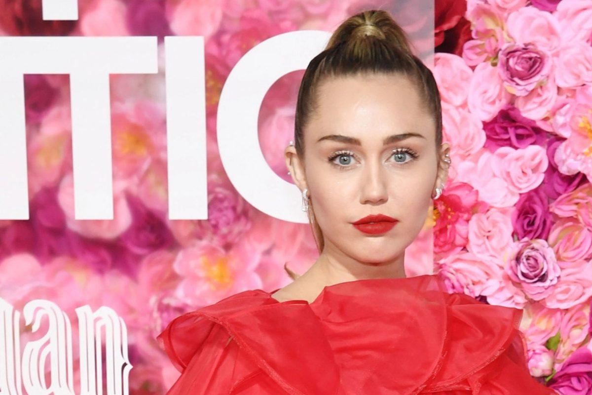 """Miley Cyrus asistió a la premiere de """"Isn't it Romantic"""", en representación de Liam Hemsworth"""