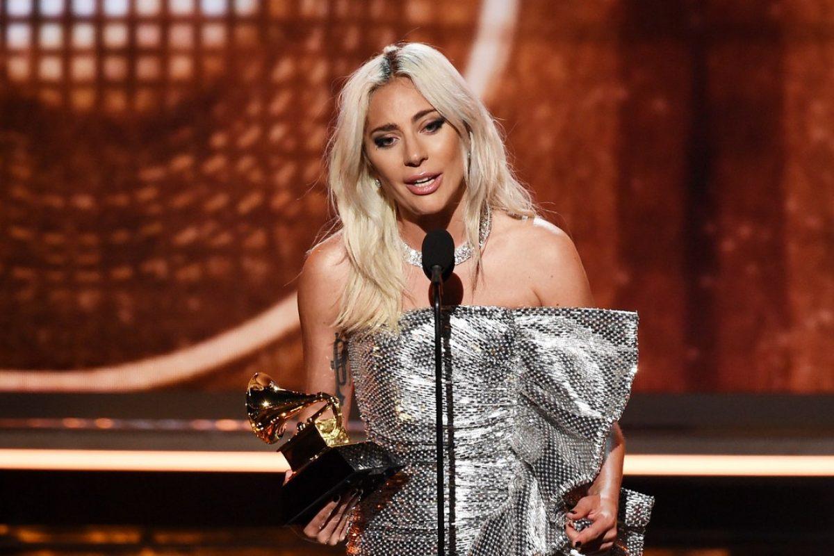 """Lady Gaga da un emotivo discurso en los Grammys, luego de que su canción """"Shallow"""" ganara un premio"""